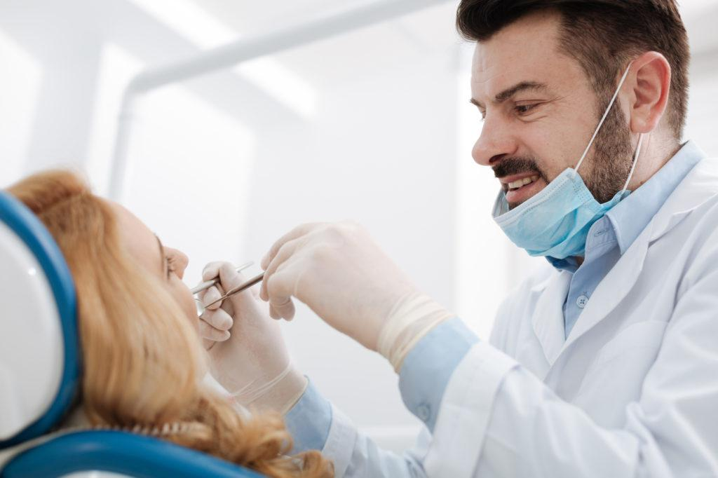 歯科診療中の女性