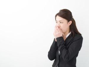 口からでてくる臭い玉(膿栓)の原因や改善法を紹介!口臭にも関係あるって本当?